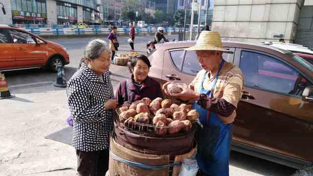 8旬翁街头烤红薯:没卖完送流浪者