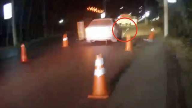 醉驾男闯卡被破胎,光车轱辘继续开