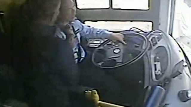 又一起!乘客坐过站拉拽司机,车失控