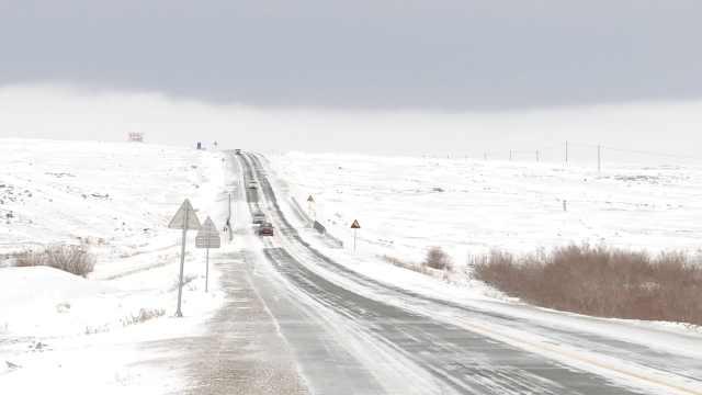 新疆暴雪骤降10℃,路上积雪半人高