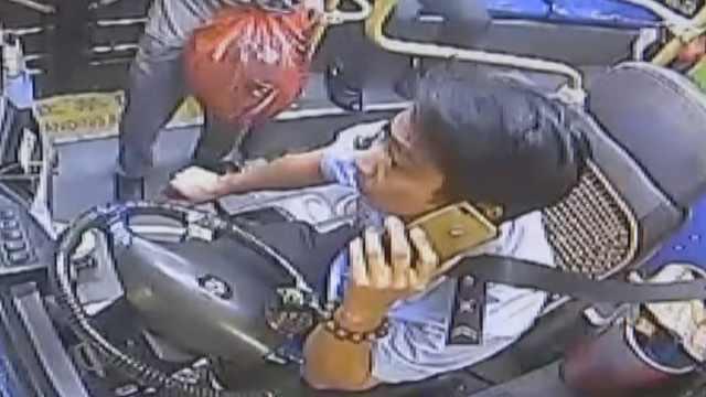 他坐过站踢车门,还威胁司机:打死你