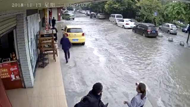 砰!水管爆裂街成河,树被冲起车全淹