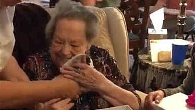 96岁奶奶在生日当天收到一只小狗狗