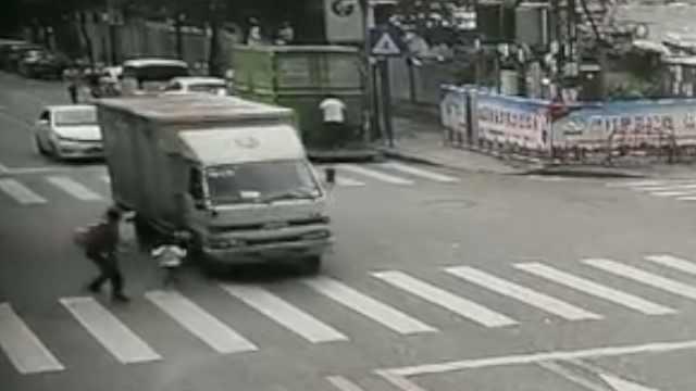 家长没拽住,幼童冲上马路被碾身亡