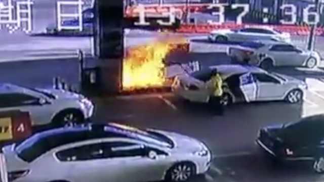 加油机被拽火蹿2米,5员工14秒扑灭