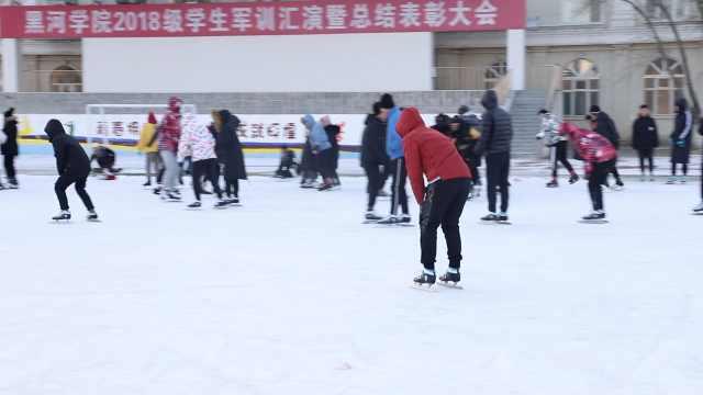 北方学生想滑冰,操场一浇水成冰场