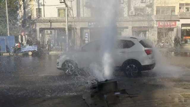消防栓被撞喷水柱,数车蹭水洗车
