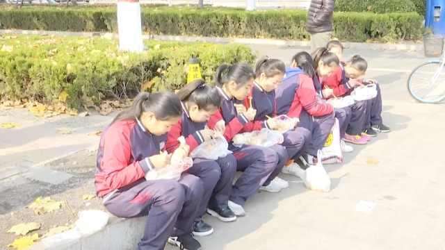 小学生蹲校外吃饭,校方:食堂没到位