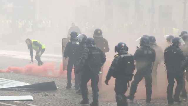 巴黎街头现大规模示威,40人遭逮捕