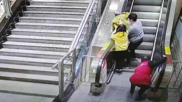 惊险!老人电梯摔倒,陌生人伸手救下
