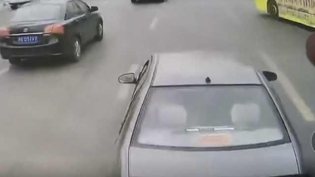轿车加塞失败,公交前点刹多次被撞