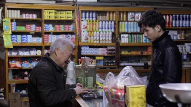 7旬翁守护杂货铺57年,仍用算盘结账