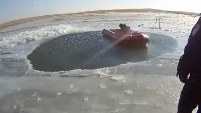 垂钓者冰面开车,掉冰窟窿1人失踪