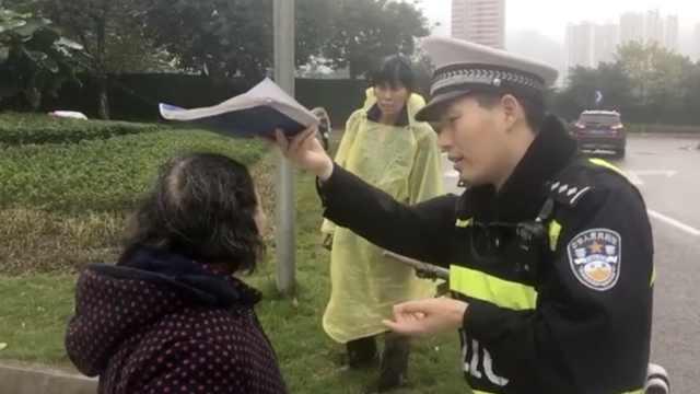 暖!8旬老太雨中迷路,民警为她遮雨