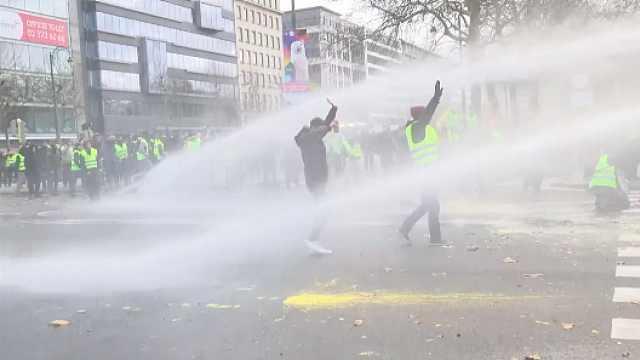 12万人参加黄马甲抗议,1400人被捕