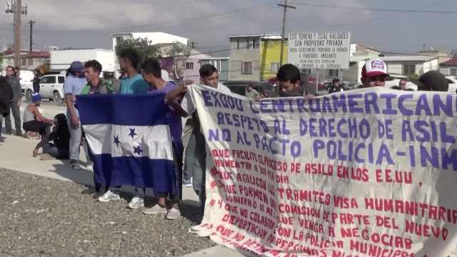 大篷车移民领馆示威:不放行就给钱