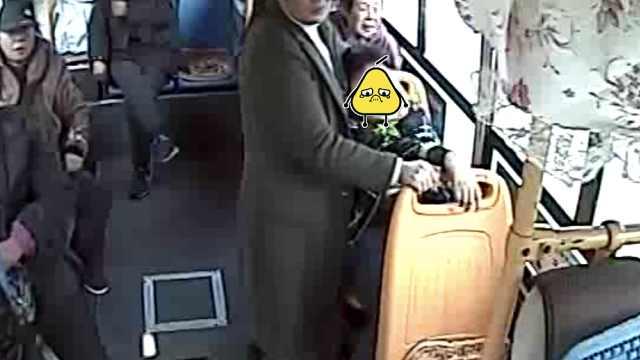 男孩公交上晕倒,乘客都支持先送医
