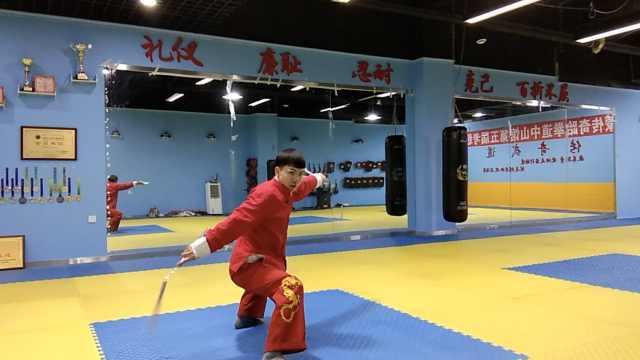 1秒5拳!小伙迷李小龙,成双节棍冠军