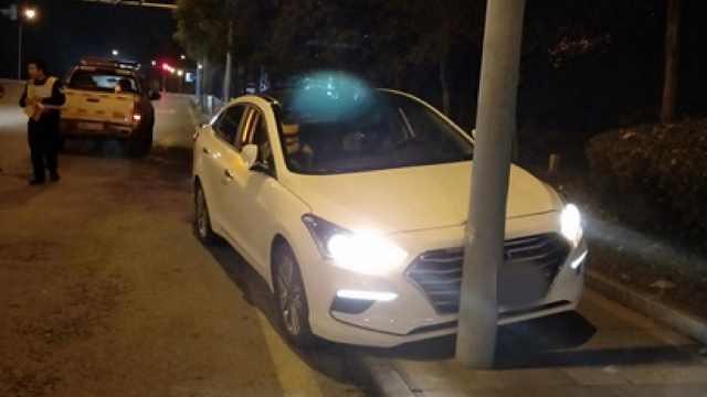 等红绿灯竟睡着!小车路口直怼来车