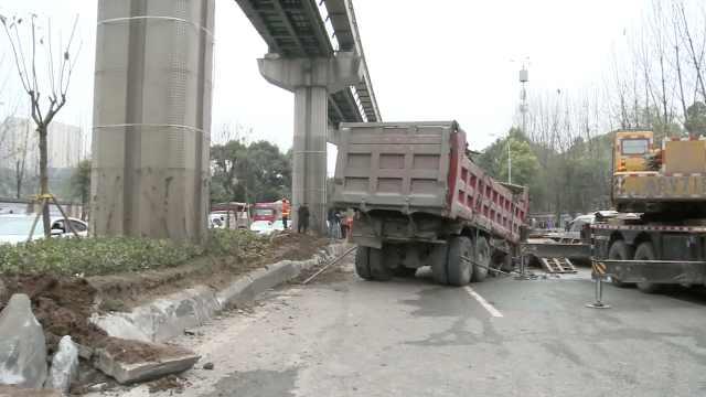 大货车撞上轨道桥墩,2号线运营受阻