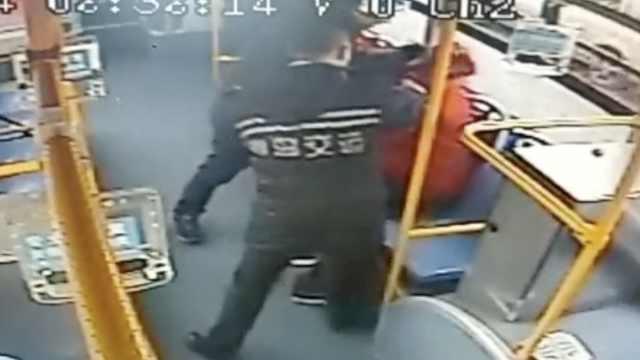 他多次纠缠女乘客,安全员出手按住