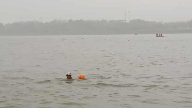 75岁冬泳爱好者:以前游着泳谈恋爱
