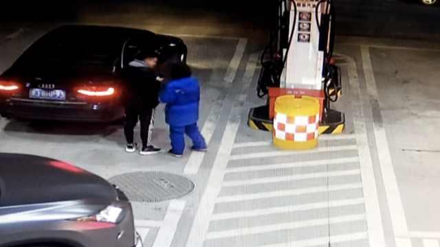 女孩加油站眨眨眼,员工秒懂报警