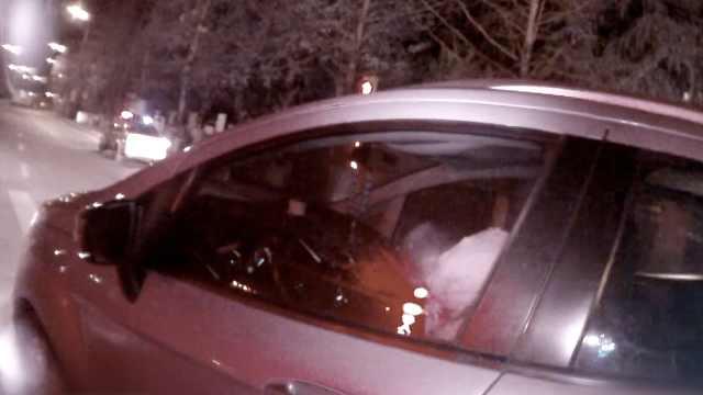 他醉驾开车,停马路中间睡觉喊不醒