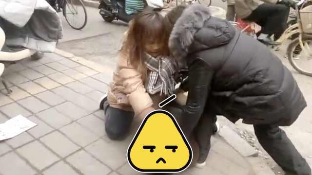刚!男子疑偷手机,被两女子当街按倒