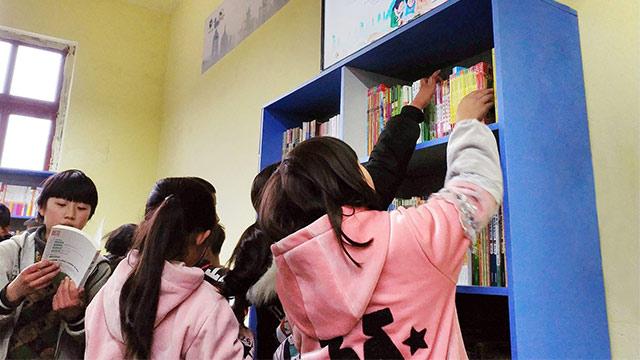孩子们终于有了图书馆