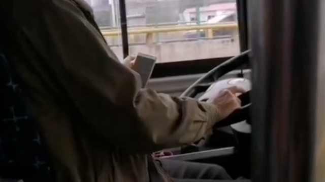 公交司机开车玩手机,公司:已被停岗