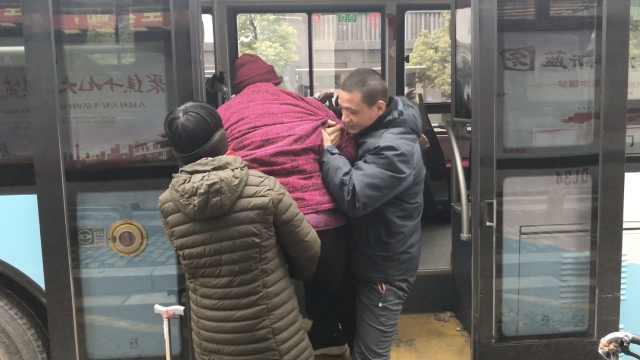 8旬奶奶被公交司机抱上车,感动流泪