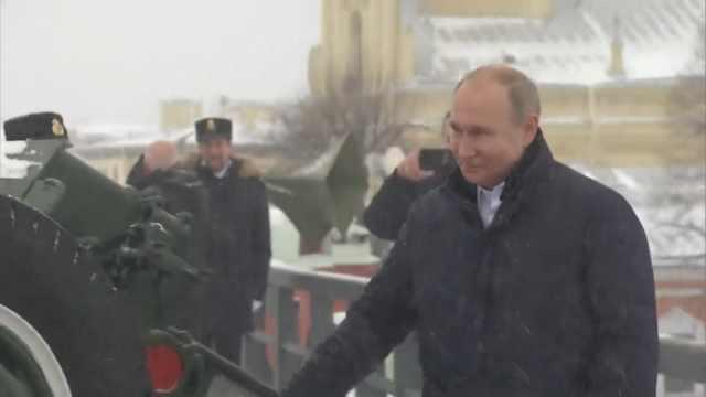 普京参观军事要塞,亲自发射榴弹炮