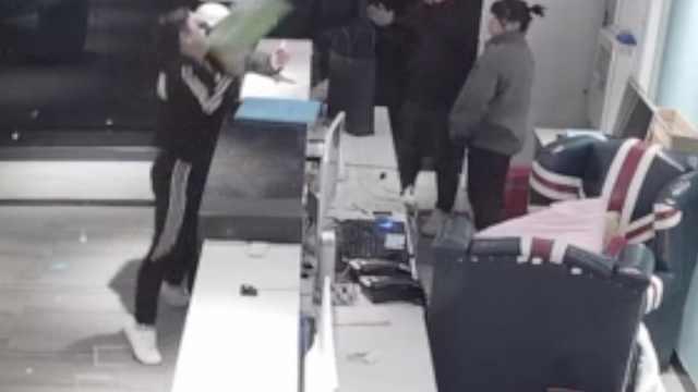 醉汉酒店砸打女前台:警察来照打你