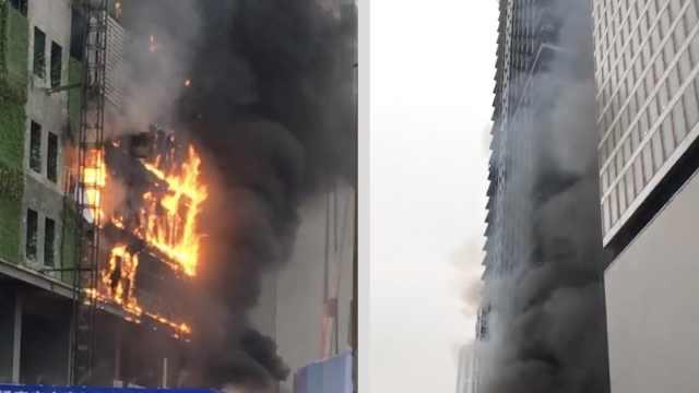 春熙路大厦起火,浓烟瞬间吞没高楼