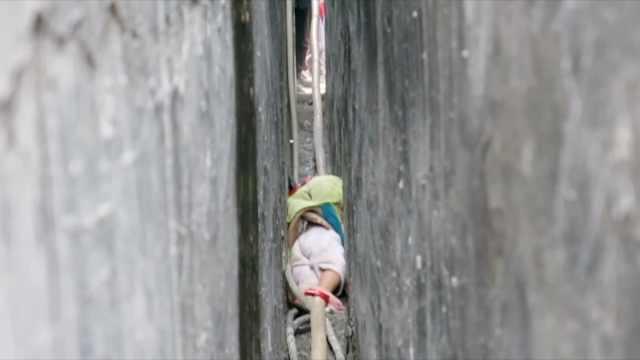 2岁熊孩子贪玩,卡在墙缝里哇哇大哭