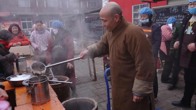 寺院施万份腊八粥,市民排2小时领