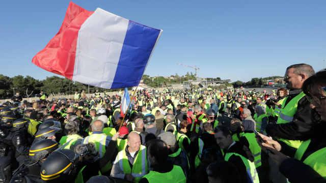 直播:总统求和!法国黄马甲抗议不停