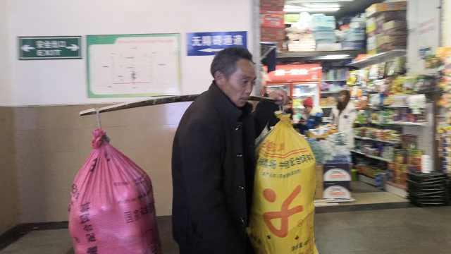 4民工挑百斤行李,千里带脐橙回家