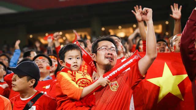 中国球迷飙泪:国足这么输球很失望