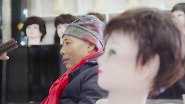 癌症奶奶买假发:不要怕,乐观面对