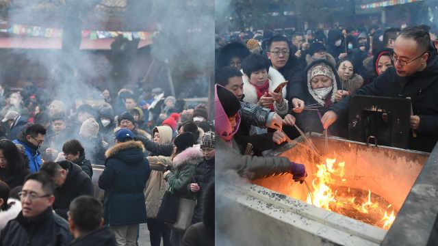 大年初一民众排长龙雍和宫上香祈福