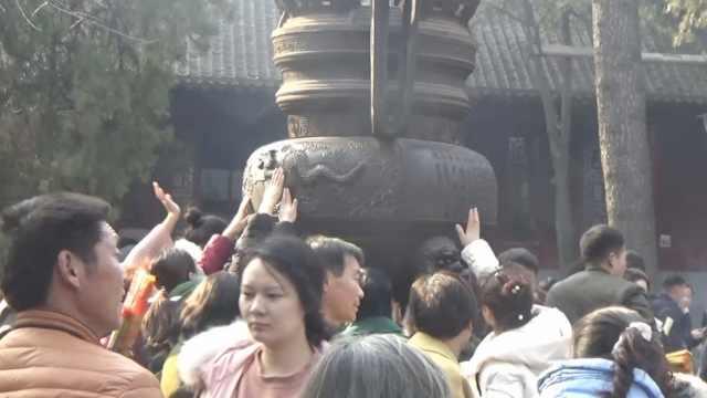 游客挤爆景区祈福,香炉葫芦被摸亮