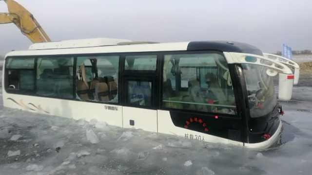 客车横穿冰面坠河,一半车身被冻住