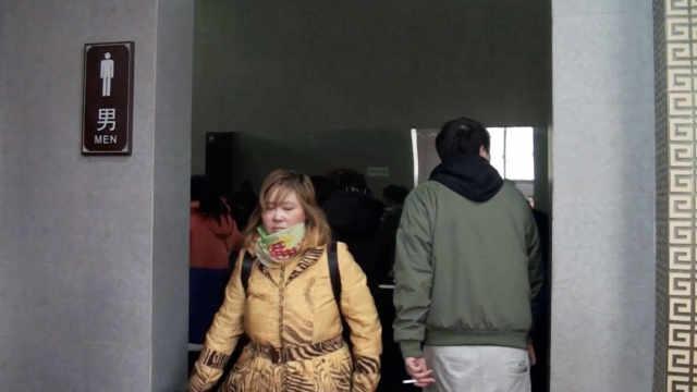 女游客占领景区男厕所,大叔:乱套了