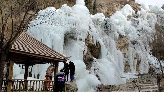 罕见!大峡谷现冰挂奇观,引游客惊呼