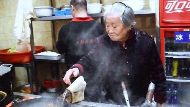 91岁奶奶继承丈夫面馆,日挣3500元