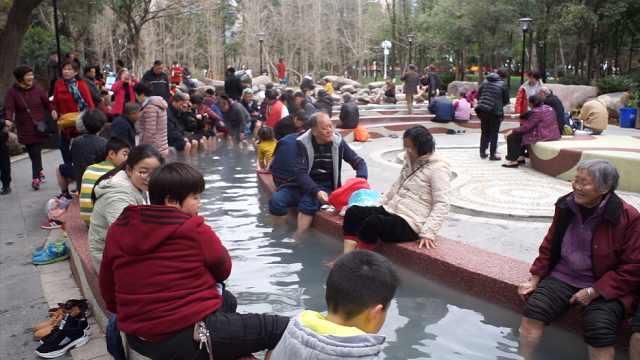 市民扎堆挤公园里泡脚,水池坐满人