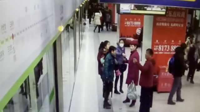 爸爸弄丢娃寒假作业,地铁苦等找回