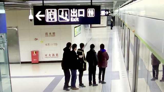 小伙和家人坐地铁,带他们文明排队